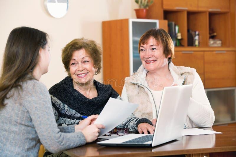 Höga tillfredsställda kvinnor som gör skallr på det offentliga notarius publicukontoret arkivbild