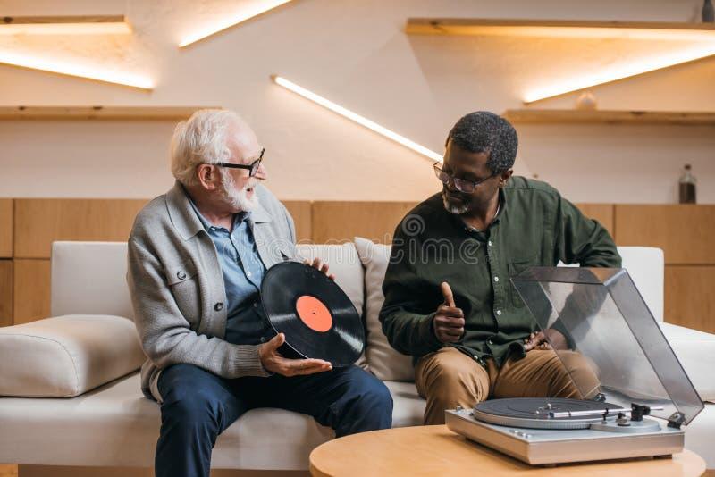 Höga vänner med vinylrekordet royaltyfri foto