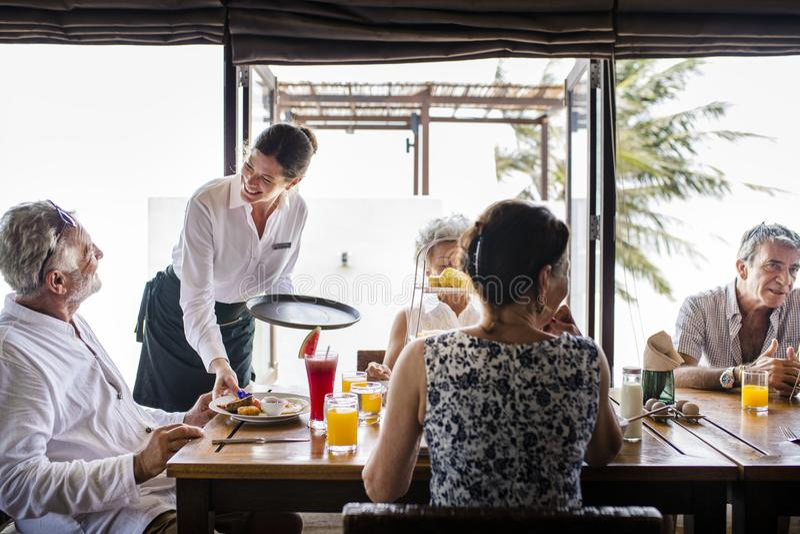 Höga vänner som har frukosten på ett hotell arkivbilder