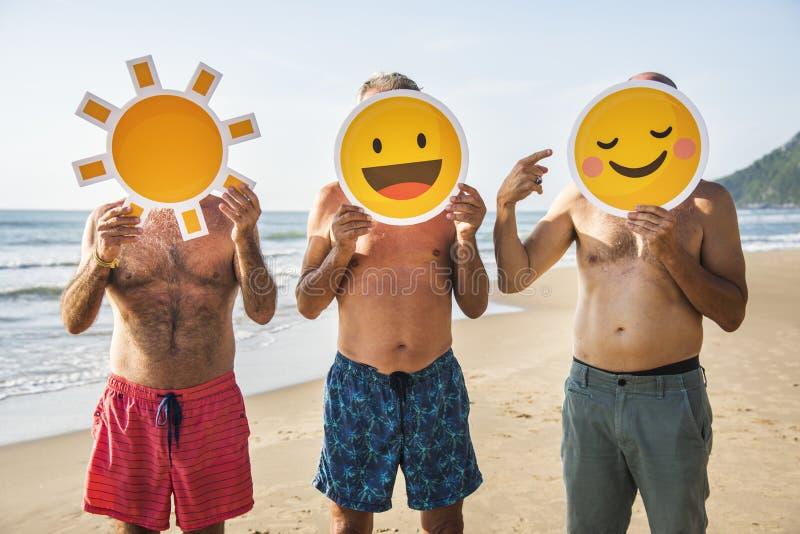 Höga vänner som har gyckel på stranden fotografering för bildbyråer