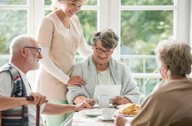 Höga vänner som tillsammans spenderar tid på vårdhemmet arkivbild