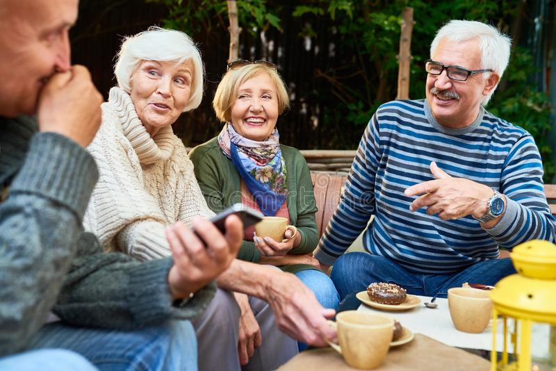 Höga vänner som utomhus tycker om Tid royaltyfria bilder