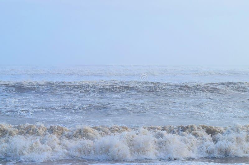 Höga vind - ytvågor i havet med ett klart blått luftrum - naturlig grund arkivfoton