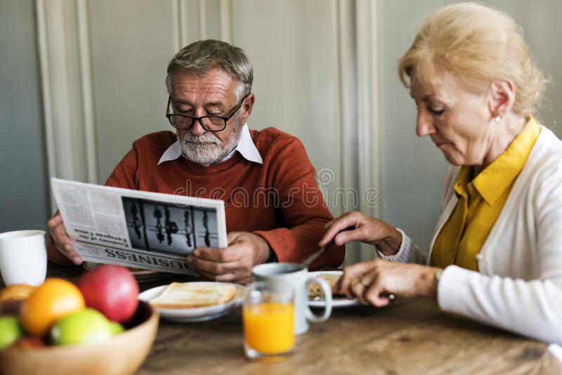 Höga vuxna par äter frukosten arkivbild