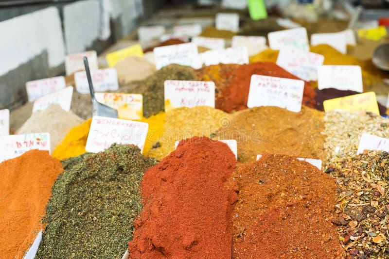 Högar av aromatiska kryddor på marknaden royaltyfria bilder