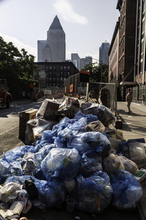 Högar av avskräde i New York City royaltyfria bilder