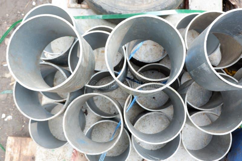 högar av bensindunkar, stycken av plast- rör, hinkar och avskräde, använde behållare av material för kemisk bransch royaltyfri bild