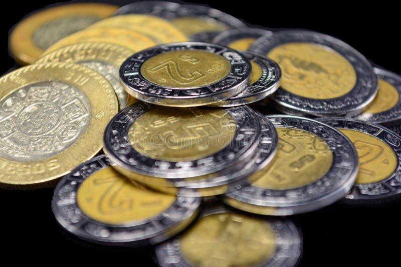 Högar av den selektiva fokusen för Pesos centrerar, armodrikedomkontrast b royaltyfria bilder