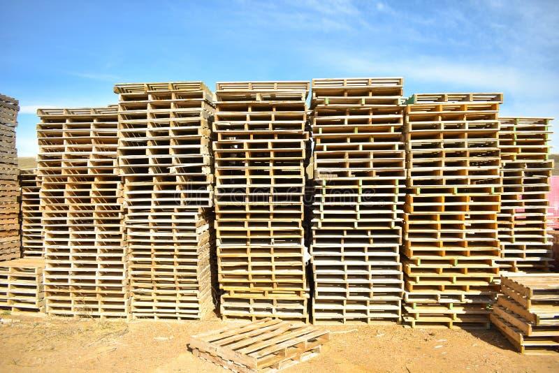 högar av europeiska paletter som göras i trä som är klart att användas transportera produkter eller gods på dem från ett ställe t royaltyfria bilder