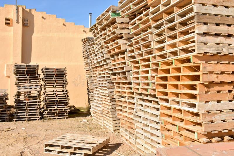 högar av europeiska paletter som göras i trä som är klart att användas transportera produkter eller gods på dem från ett ställe t arkivbild