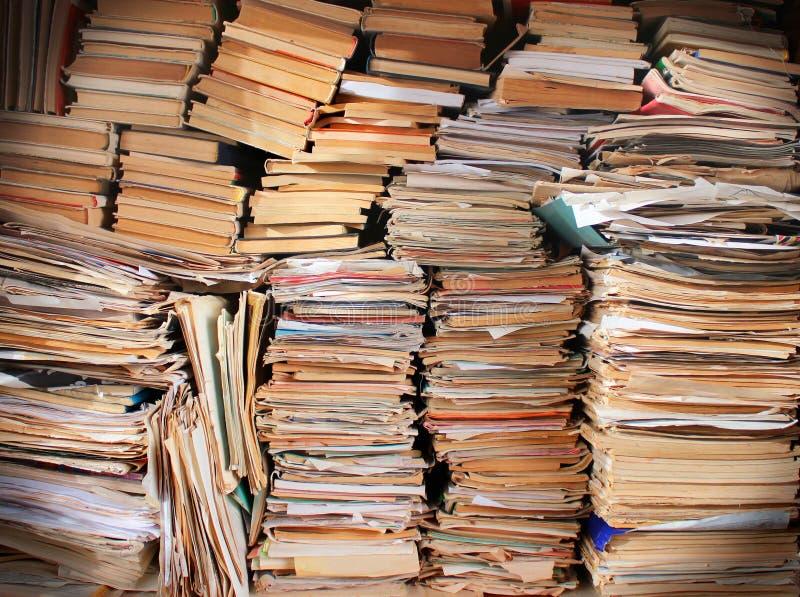 Högar av gamla avfallböcker och tidskrifter arkivfoto