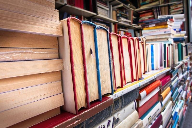 Högar av gamla böcker på stannar royaltyfri fotografi