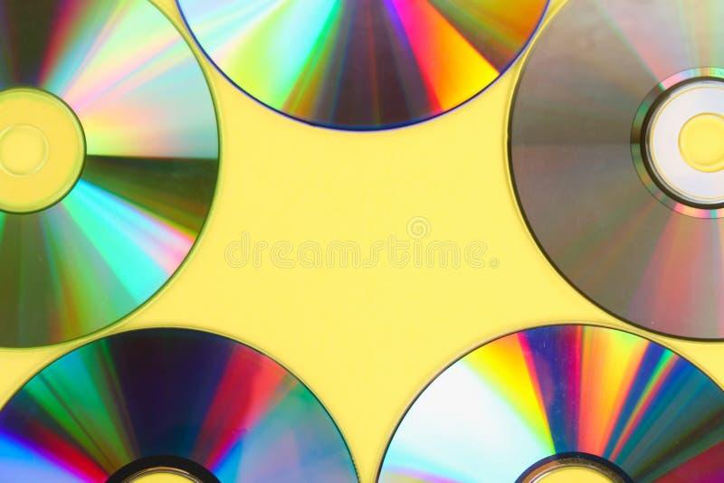 Högar av gamla och smutsiga CD, DVD på pastellfärgad bakgrund Den använda och dammiga skivan med kopieringsutrymme för tillfogar  royaltyfria bilder