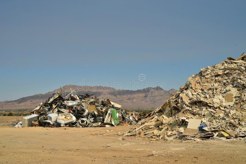 Högar av hushållskräp på avskrädeledning dumpar i staden Pahrump, Nevada, USA för dalen för berg för Mojaveöknen royaltyfria bilder
