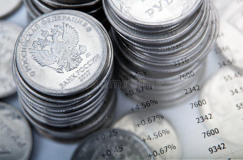 Högar av mynt för rysk rubel med siffror royaltyfri foto