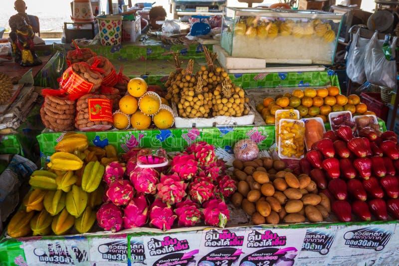 Högar av nya, tropiska och färgglade frukter på thailändsk öppen marknad fotografering för bildbyråer