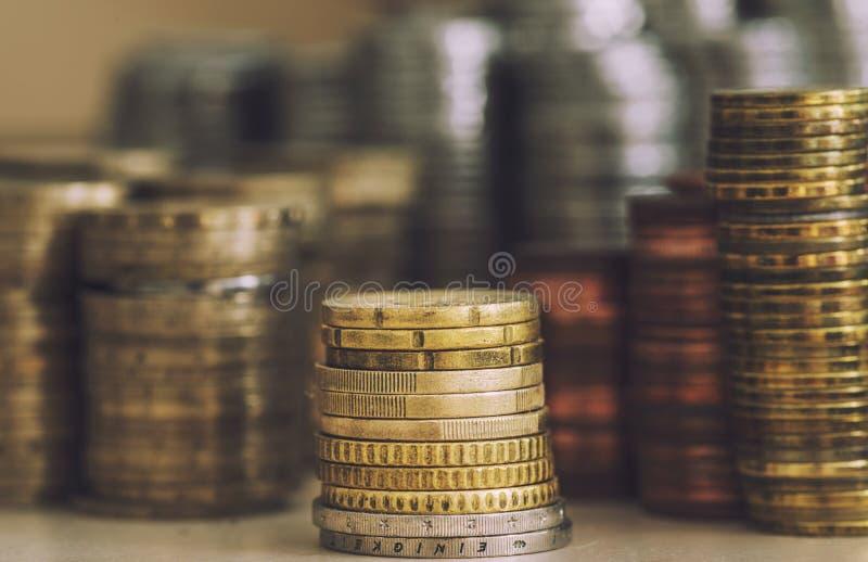 Högar av olika valutor arkivbilder