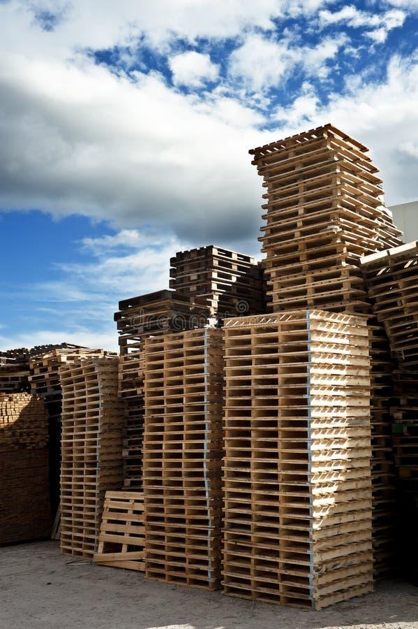 Högar av träpaletter arkivfoto