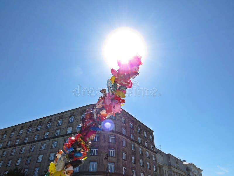 Högen av det helium fyllda flyget sväller för barn med himlen och solen i bakgrund, Maj 2018, Warszawa Polen arkivfoton