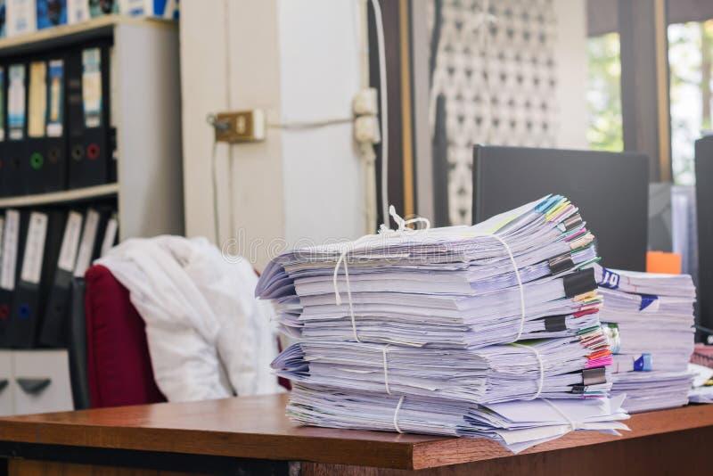Högen av dokument på skrivbordet staplar upp arkivbild