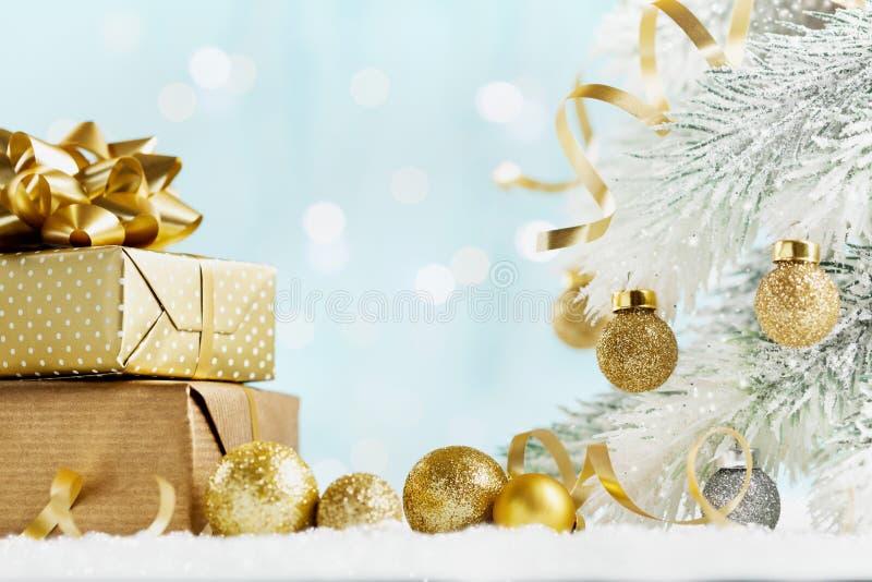 Högen av guld- gåvor eller framlägger askar på magisk bokehbakgrund Feriesammansättning för jul eller nytt år royaltyfri fotografi