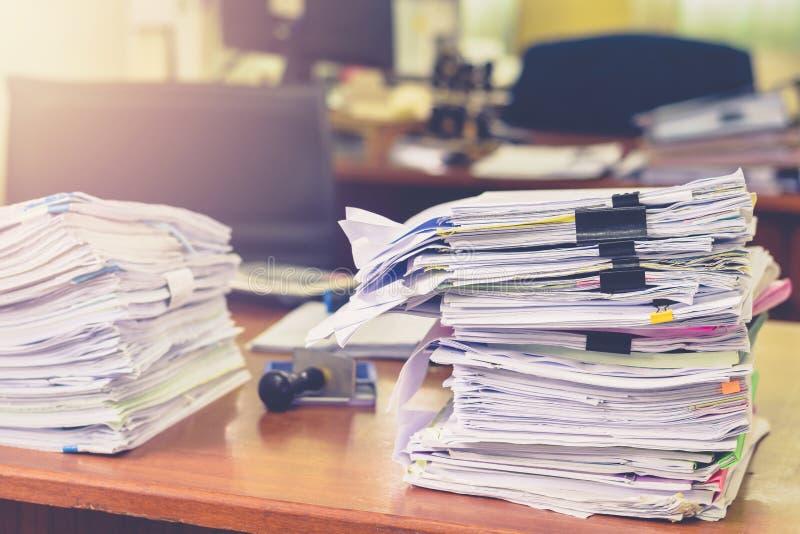 Högen av legitimationshandlingar arbetar buntdokument på kontorsskrivbordet, fakturering för affärsdokument och undersökning för  arkivbilder