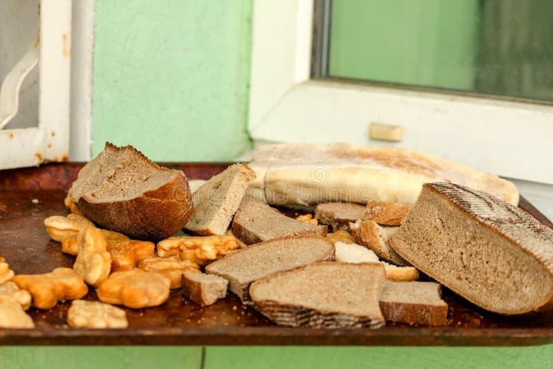 Högen av många skivor av gammalt bröd och annan urin bakade gods royaltyfri fotografi