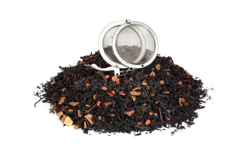 Högen av organiskt chai te med pumpa och infuser klumpa ihop sig arkivfoto