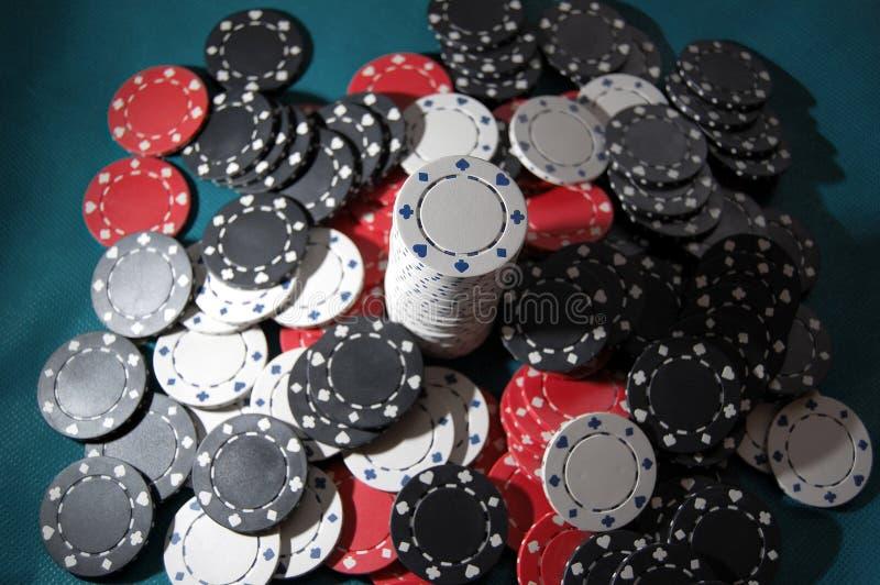 Högen av poker gå i flisor arkivbilder