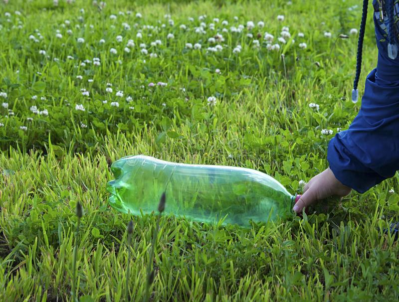 Högen av rackar ner på på gräs arkivfoton