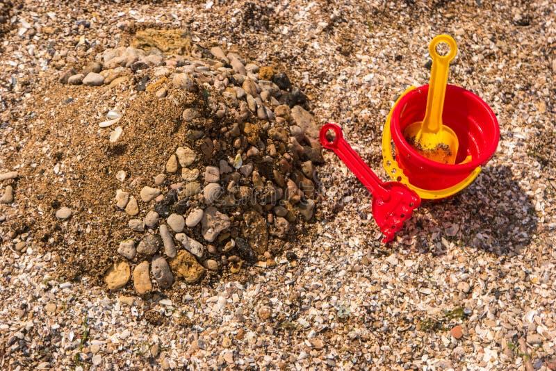 Högen av sand och vaggar royaltyfria bilder
