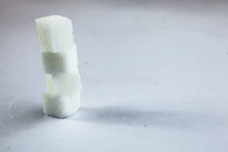 Högen av Sugar Cubes Stacking på isolerad vit bakgrund med hård skugga, som kan vara van vid, antyder den mörka sidan av socker royaltyfria foton