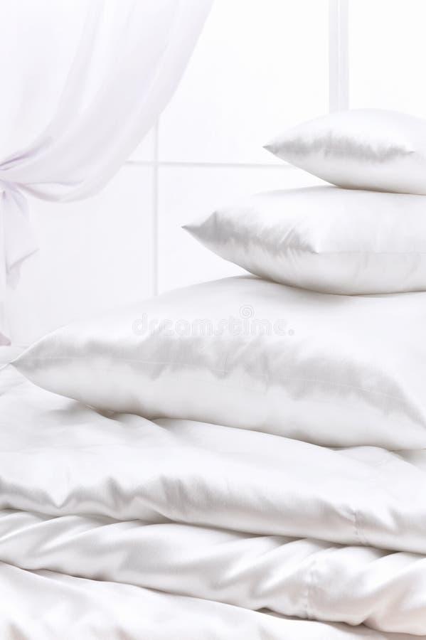 högen pillows fönstret royaltyfri fotografi