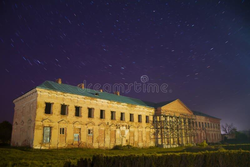 Högerkanten av den räkningsPotocki slotten, Tulchyn, den Vinnytsia regionen, Ukraina, värme vårnatt mot klart mörker - blå himmel arkivfoton