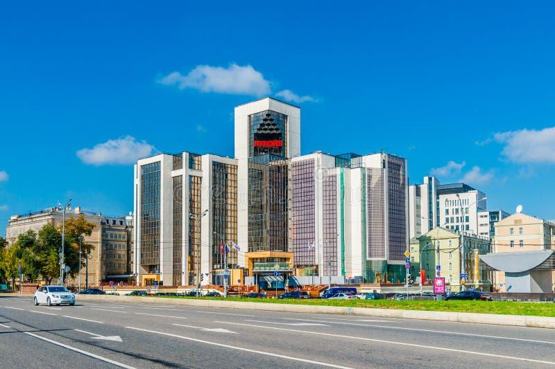 Högkvarter av Lukoil oljebolag i den Sretensky boulevarden av Mos royaltyfria bilder