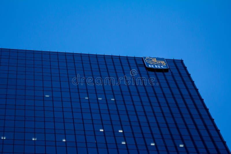 Högkvarter av Royal Bank av Kanada RBC i Toronto, Ontario, Kanada med den upplysta logoen av korporationen royaltyfria bilder