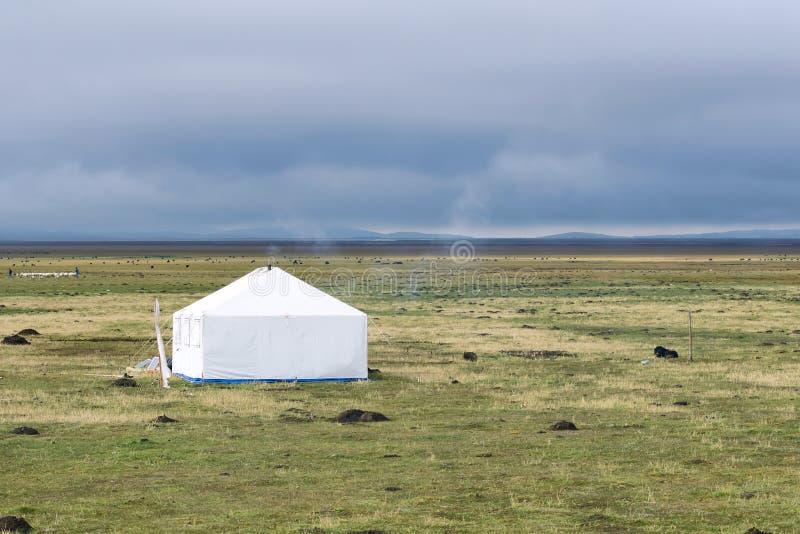 Download Höglands- landskap fotografering för bildbyråer. Bild av grässlättar - 27277605