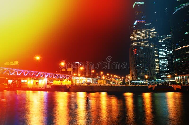 Högra alighned Moskvastadsbyggnader på bakgrunden för nattflodbank royaltyfria foton