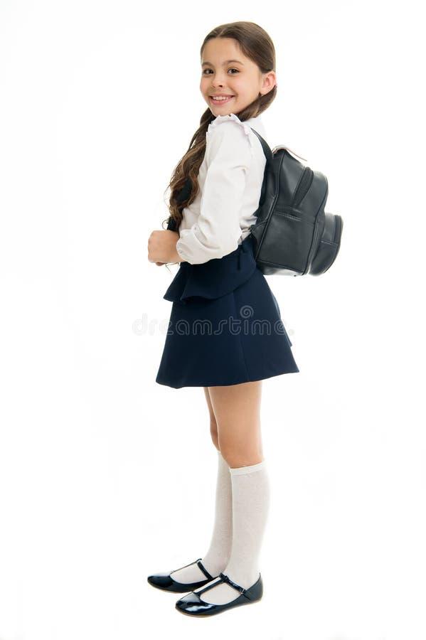 Högra och fel vägar att bära ryggsäcken för att förhindra smärtar Lär hur passformryggsäcken korrekt för skola Gullig skolflicka  royaltyfria foton