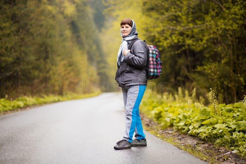 Högre 60 år gamla kvinnor som vandrar i höstskog royaltyfri fotografi