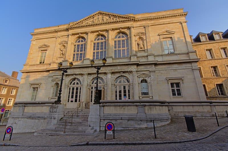 Högre domstol av Boulogne-sur-Mer i mjukt morgonljus, bred vinkelsikt royaltyfria foton