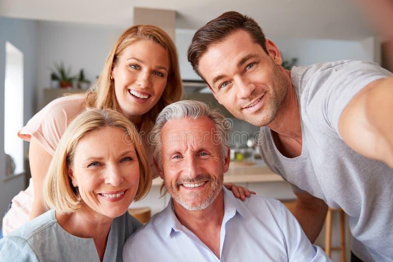 Högre föräldrar med vuxen avkomma som klarar sig själva hemma arkivbild