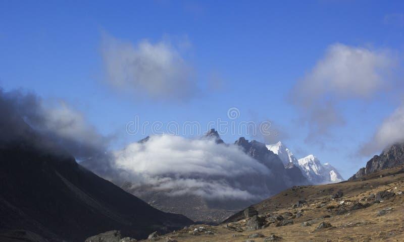 Högre i Nepal Molnigt bergslandskap arkivbilder