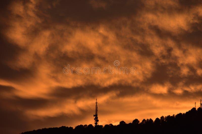 Högre solnedgång med dramatisk himmel royaltyfri foto