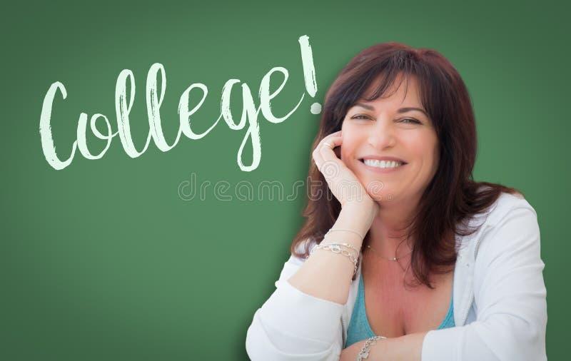 Högskola som är skriftlig på den gröna svart tavlan bak att le den åldriga kvinnan för mitt arkivbilder