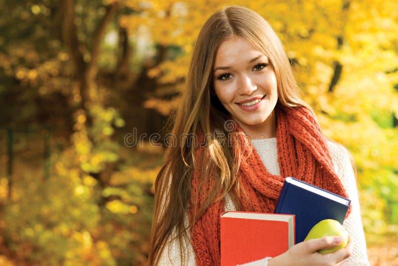 Högskolaflicka arkivfoton