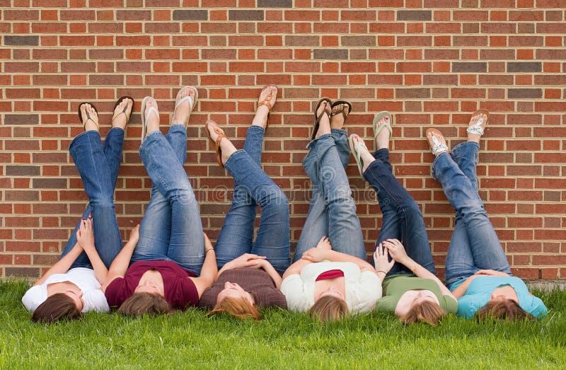 högskolaflickagrupp royaltyfria foton