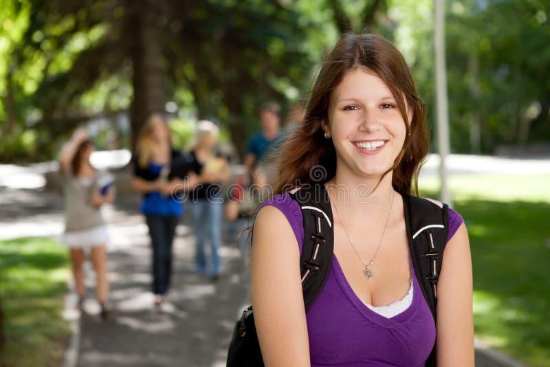 högskolaflickastående arkivbilder