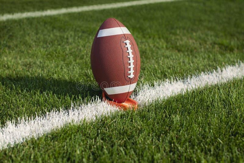Högskolafotboll på en utslagsplats som är klar för avspark arkivfoton