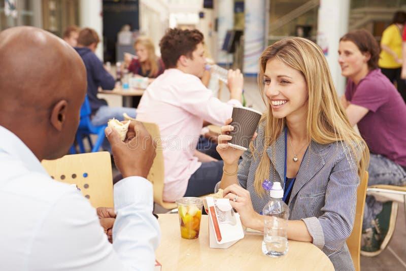 Högskolan handleder att äta lunch tillsammans royaltyfria foton